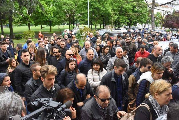 La grande folla commossa per l'ultimo saluto a Federica (foto Artioli)