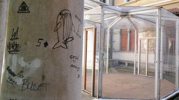 Una colonna deturpata dai graffiti