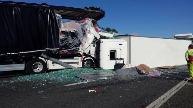 Un camion ha saltato la carreggiata e si è rovesciato