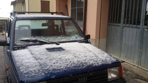 Un'auto con una spruzzata di neve