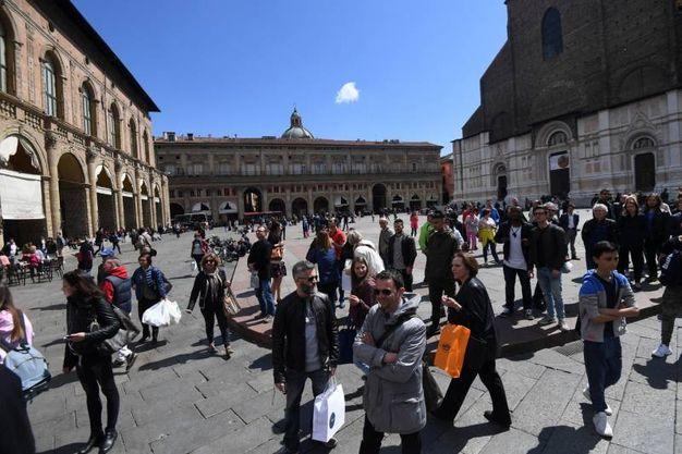 Piazza Maggiore gremita di tusti (Schicchi)