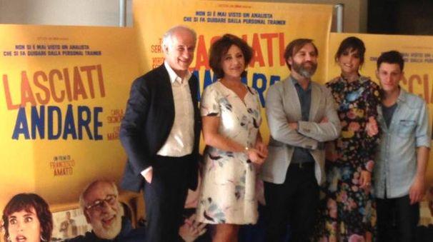 Il regista (al centro) tra i protagonisti del suo film 'Lasciati andare'