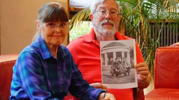 Tom e la moglie mostrano la foto del babbo
