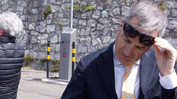 Il sindaco, da buon ciclista, osserva le bici a pedalata assistica