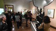 Un momento della visita guidata da Patrizio Ansaloni, il curatore della mostra (foto Schicchi)