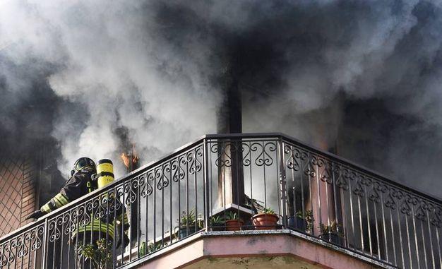 Incendio in un appartamento di Marina Centro (foto Migliorini)