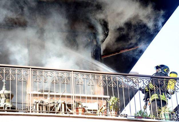 L'intervento dei vigili del fuoco (foto Migliorini)