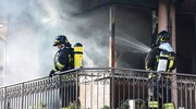 I vigili del fuoco nell'appartamento (foto Migliorini)