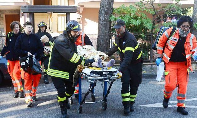 La donna, una signora anziana, sembra essere in gravi condizioni (foto Migliorini)