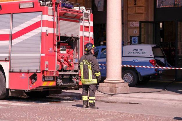 Vigili del fuoco e polizia davanti alla stazione (FotoSchicchi)