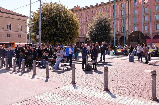 Le persone fatte evacuare nel piazzale della stazione (FotoSchicchi)