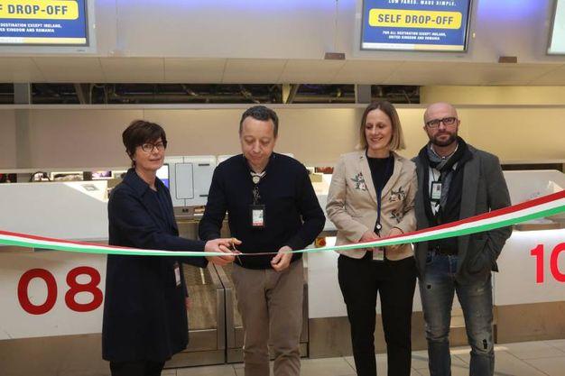 L'inaugurazione con Patrizia Muffato, Direttore Amministrazione Finanza e ITC, e Paolo Sgroppo, Direttore Operazioni Aeroportuali (foto Schicchi)