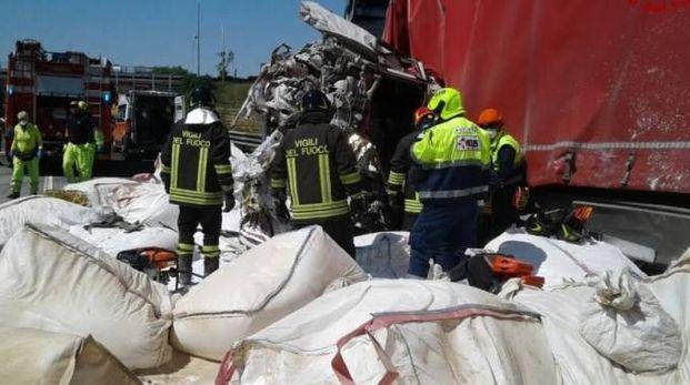 Modena, tamponamento tra camion in A1. Uno stava facendo retromarcia