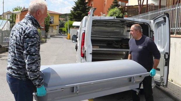 Donna trovata morta in casa: il corpo viene portato via