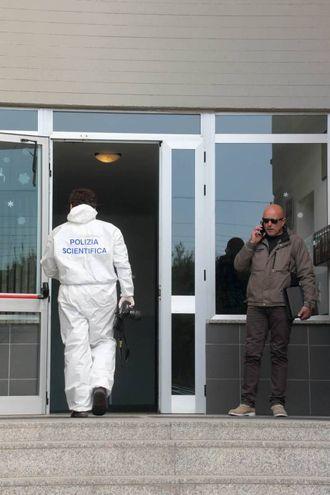 Donna trovata morta in casa a Pescia: la polizia scientifica al lavoro (Goiorani)