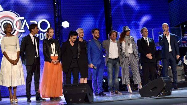 Concorrenti e ospiti del Festival di Castrocaro 2016; primo da destra il conduttore Flavio Montrucchio (foto Fantini)