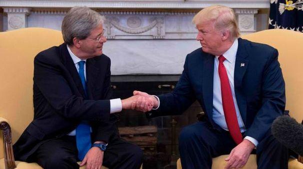 Stretta di mano tra Gentiloni e Trump alla Casa Bianca (Afp)
