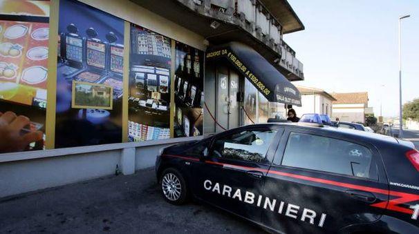 Carabinieri davanti a una sala slot (foto di repertorio)