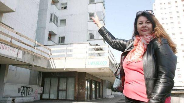 Una residente mostra le abitazioni mai ristrutturate