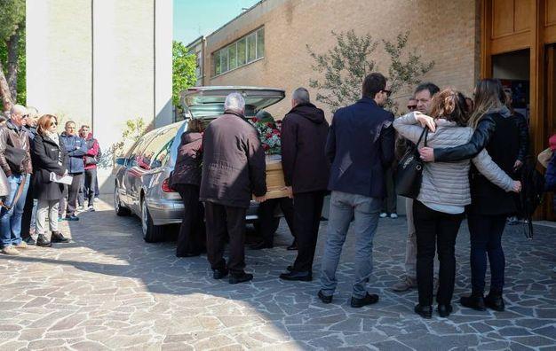 Una chiesa stracolma e tanta commozione per il funerale di Patrizio Virgili, il 57enne cicloamatore scomparso il lunedì di Pasqua durante una uscita con amici (Foto Print)
