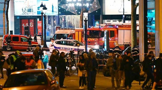 Caos e tensione sugli Champs-Elysees dopo la sparatoria (Afp)