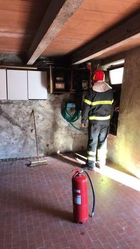 Un vigile del fuoco sul posto