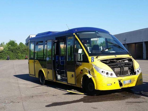 Uno degli autobus rubati e poi abbandonati (foto Cabri)
