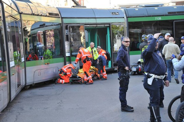 L'incidente fra autobus e tram in via Farini (Newpress)