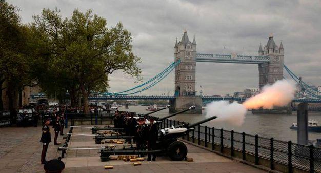 Colpi di cannone nei pressi del Tower Bridge di Londra  (Afp)