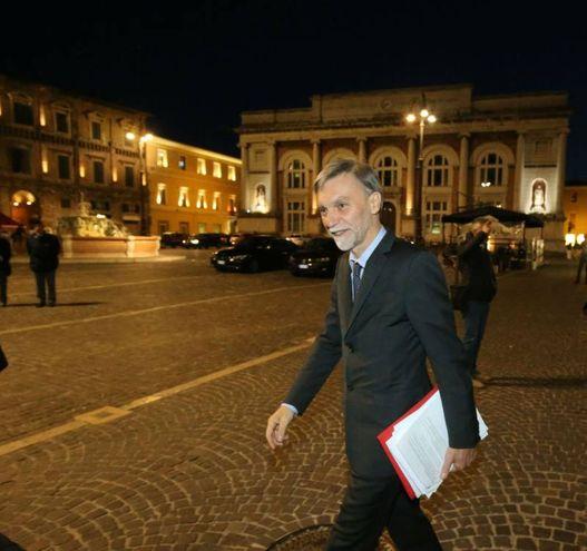 Il ministro Delrio nella piazza di Pesaro (fotoprint)