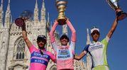"""Michele Scarponi arrivò 2° al Giro d'Italia 2011. In seguito alla squalifica di Contador (vincitore) per positività al clenbuterolo conquistò a tavolino la vittoria finale della """"corsa rosa"""" e la Coppa del 150º anniversario dell'Unità d'Italia. Qui sul podio in piazza Duomo a Milano (Foto Ansa)"""
