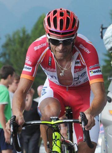 """Michele Scarponi in maglia rossa al Giro d'Italia 2011. Nello stesso anno si  trasferì tra le file della Lampre-ISD, la squadra diretta da Giuseppe Saronni. Quell'anno partecipò al Giro d'Italia: al termine di quella gara riuscì, per la prima volta, a salire sul podio finale della """"Corsa rosa"""", chiudendo al secondo posto alle spalle del vincitore Alberto Contador e davanti a Vincenzo Nibali (Foto Ansa)"""