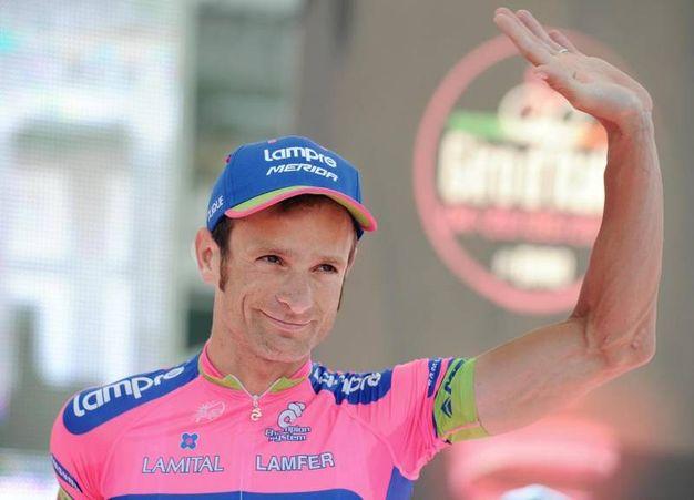 Il vincitore del Giro d'Italia 2011, Michele Scarponi, durante la presentazione delle squadre del Giro d'Italia 2013 in piazza Plebiscito, Napoli, 3 maggio 2013 (Foto Ansa)