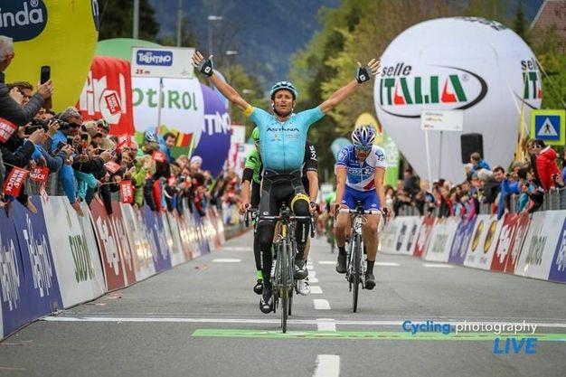 Michele Scarponi vince ad Innsbruck la prima tappa del Tour of the Alps, 17 aprile 2017 (Foto Ansa)