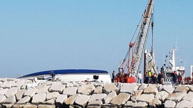 Il recupero del relitto della barca schiantata contro gli scogli (Foto Migliorini)