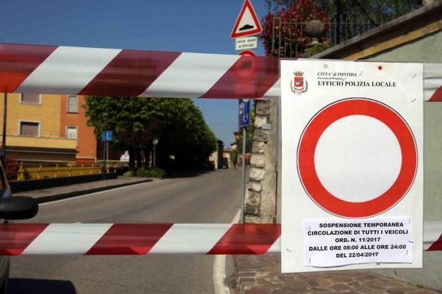 Il sindaco di Pontida, Luigi Carozzi, con un'ordinanza ha deciso di chiudere, dalle 8 alle 24, bar, negozi, scuole, uffici comunali, cimitero e strade del centro (Ansa)