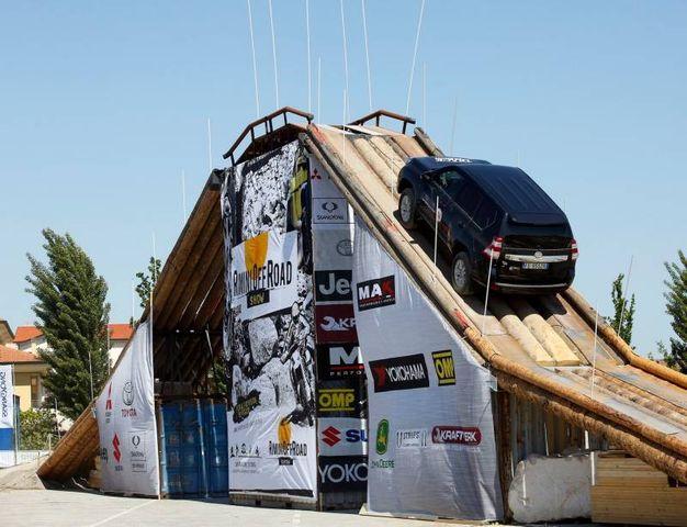 Un ponte sospeso alto 10 metri (foto Petrangeli)