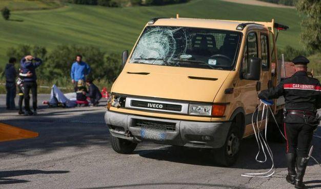 Il furgone con il vetro distrutto e la disperazione dei parenti di Scarponi (foto Ansa)