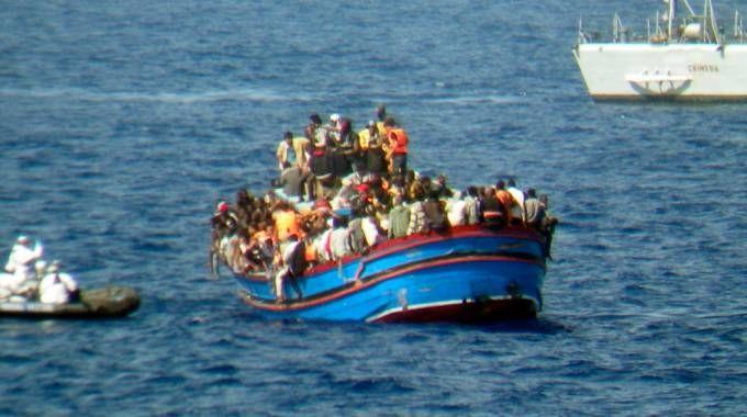 Un barcone di migranti soccorso dalla marina militare italiana (Lapresse)