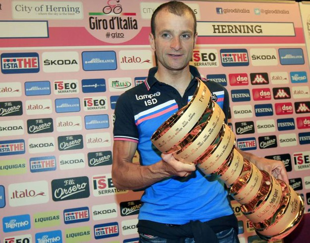 Con il trofeo del Giro dopo la squalifica di Contador (foto Ansa)