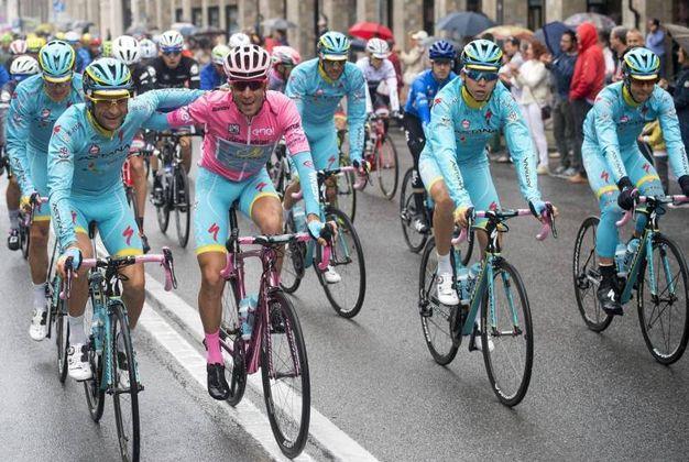 Con Nibali in maglia rosa (foto Ansa)