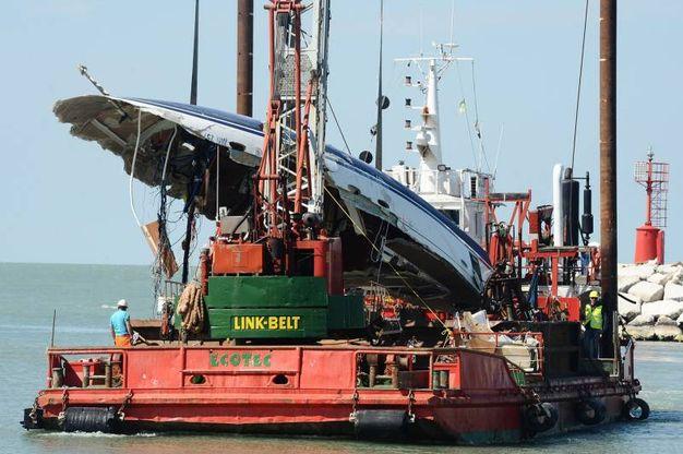 Rimini, barca contro gli scogli, il recupero del relitto (foto Manuel Migliorini)
