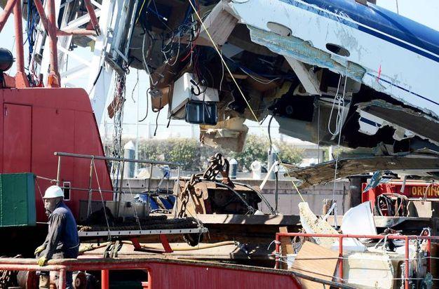 Il relitto verrà condotto in un cantiere navale (foto Manuel Migliorini)