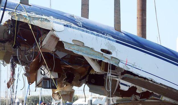 Il recupero del relitto della barca schiantata contro gli scogli (foto Manuel Migliorini)