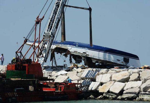 La rimozione della barca (foto Manuel Migliorini)