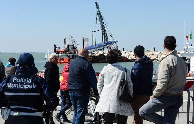 Ad osservare la scena curiosi e anche i familiari di alcune vittime (foto Manuel Migliorini)