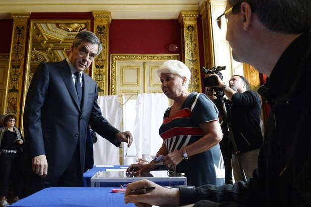 François Fillon al seggio di Parigi (Afp)