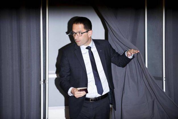 Benoit Hamon al seggio di Trappes (Ansa)