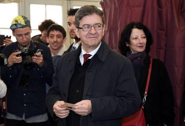Jean-Luc Melenchon al suo seggio di Parigi (Afp)