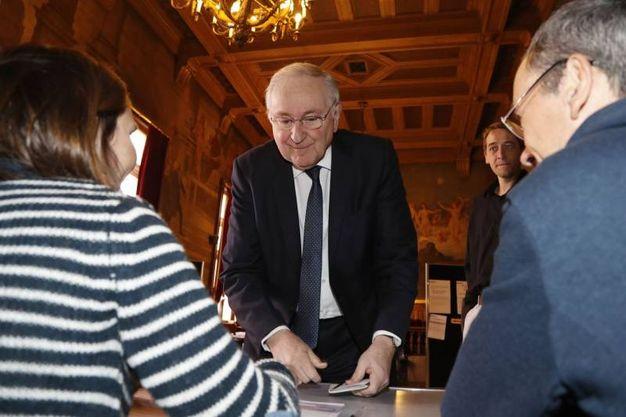 Jacques Cheminade al suo seggio di Parigi (Afp)
